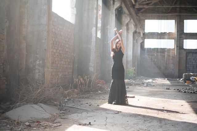 Ve žhavém létě oblečte černé dlouhé šaty