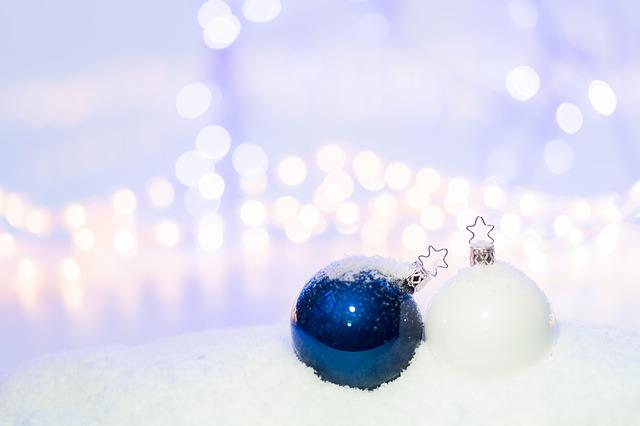 modrá a bílá baňka na sněhu