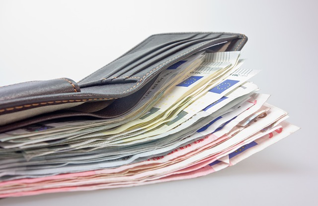 peněženka plná bankovek