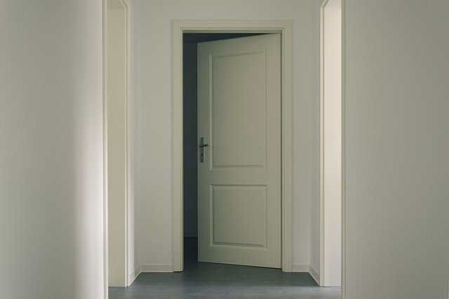 klasické bílé dveře