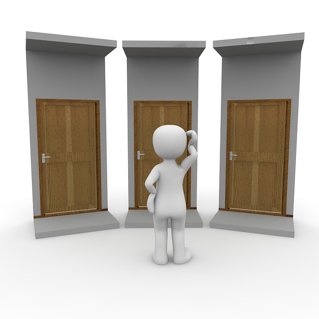figurka stojící u dveří